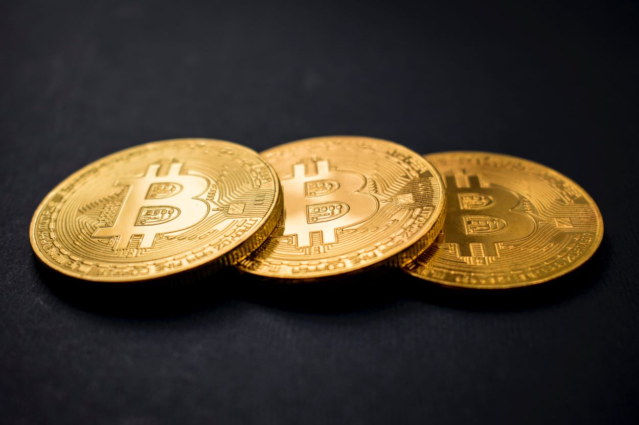 SHOULD I INVEST IN CRYPTOCURRENCY? ALL MY FRIENDS ARE DOING IT!
